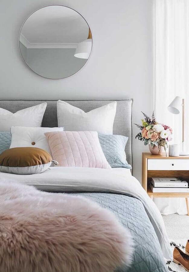 cores tons pastéis para decoração de quarto feminino com cabeceira cinza e espelho redondo Foto Pinterest