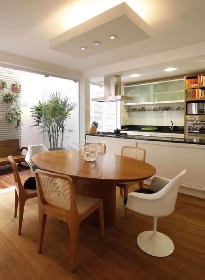 cozinha americana com sala de jantar decorada com mesa de jantar redonda de madeira Foto Casa de Valentina