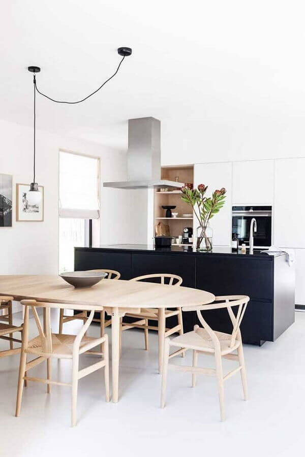 cozinha americana com sala de jantar moderna decorada com mesa oval de madeira clara Foto Ideias Decor