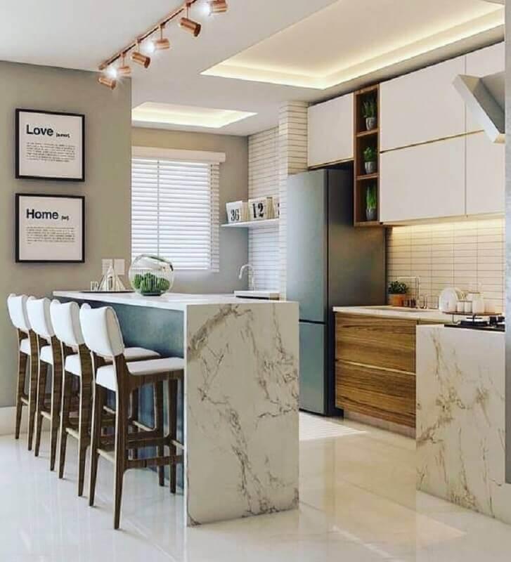 cozinha americana decorada com banqueta branca estofada para bancada de mármore Foto Arkpad