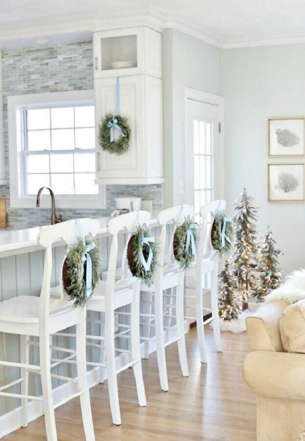 cozinha americana decorada com banqueta de madeira branca Foto Sand and Sisal