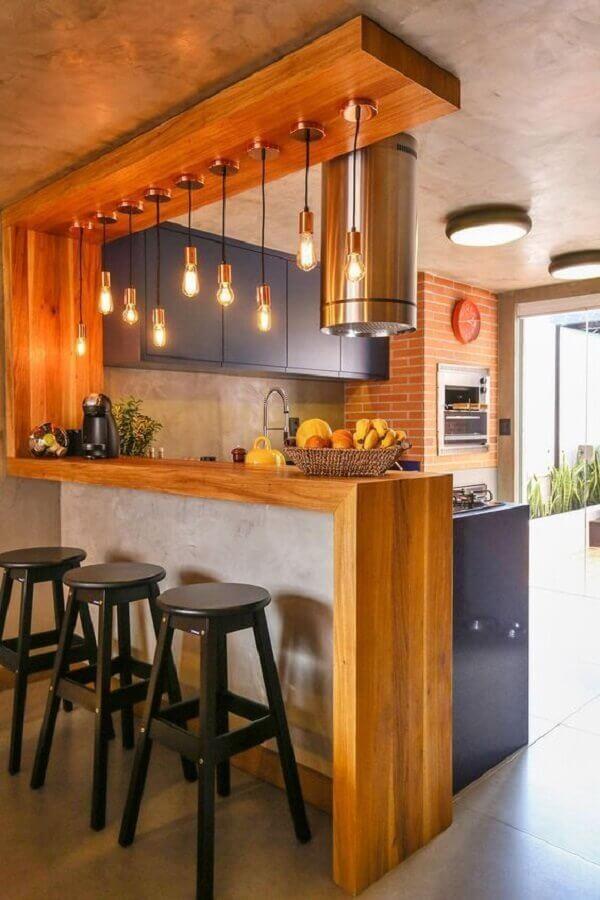 cozinha americana decorada com luminária pendente simples para bancada de madeira Foto Arkpad