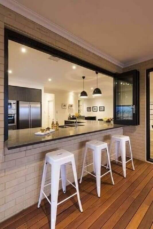 cozinha americana moderna decorada com banqueta branca Foto Pinterest