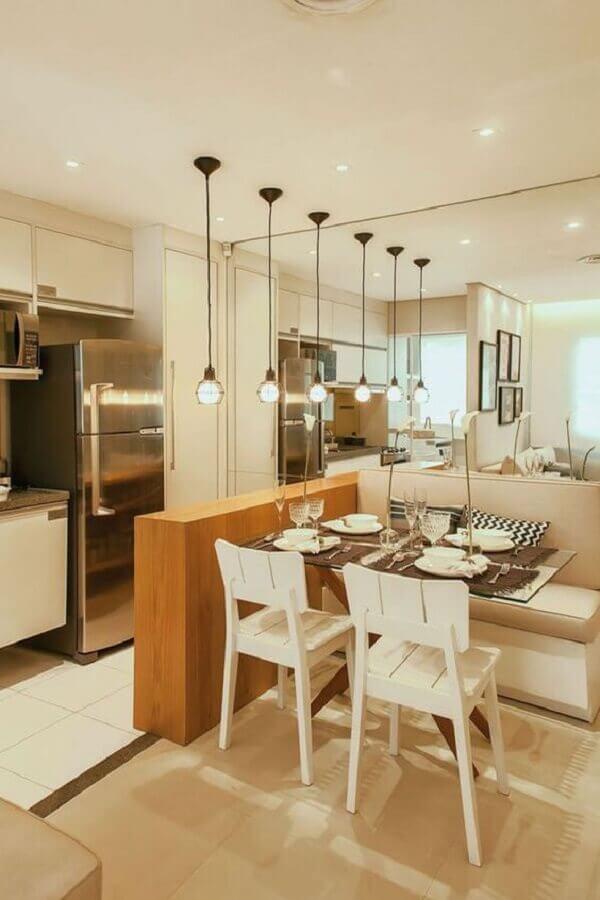 cozinha americana pequena com sala de jantar decorada com parede espelhada Foto Pinterest