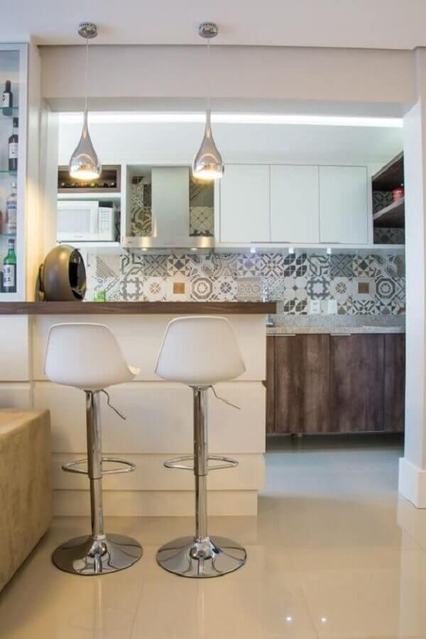 cozinha americana simples decorada com banqueta giratória branca Foto Pinterest