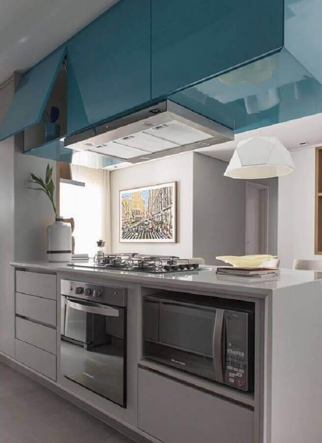 cozinha azul e branca decorada com armário suspenso basculante Foto Habitissimo