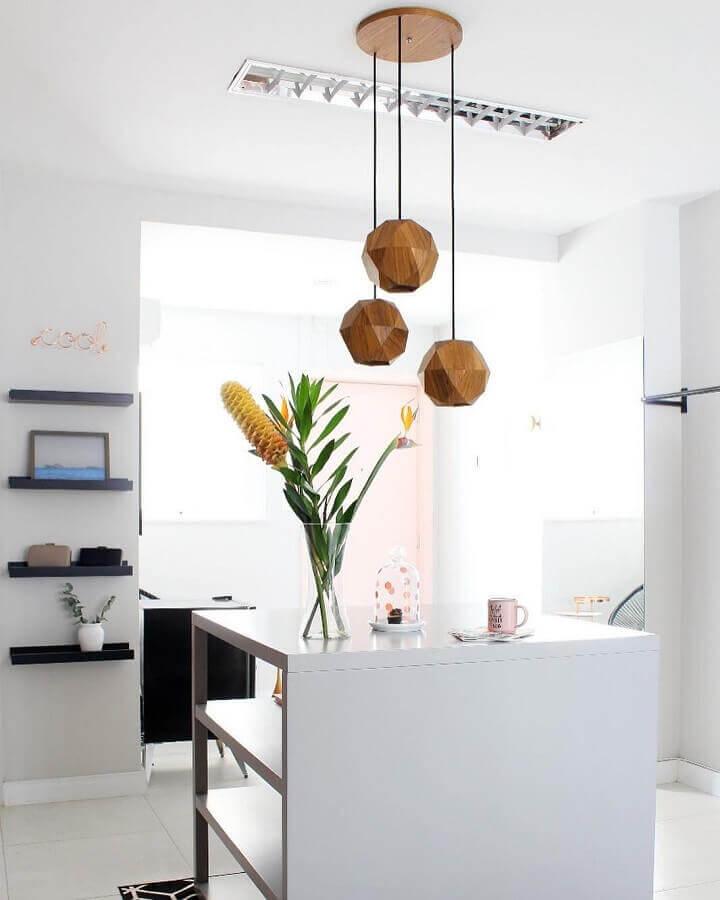 cozinha branca decorada com luminária pendente de madeira moderna Foto Apartment Therapy