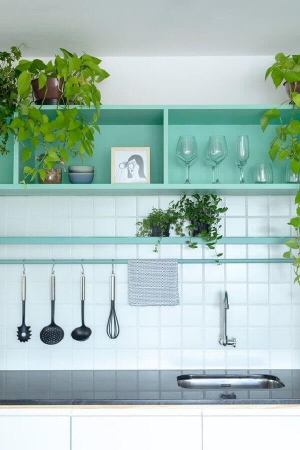 cozinha branca decorada com nichos verde piscina Foto Estúdio Minke