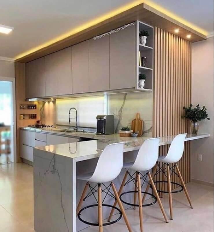 cozinha cinza moderna decorada com banqueta branca para bancada de mármore Foto Jeito de Casa