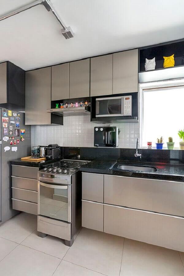 cozinha cinza planejada decorada com armário suspenso para microondas Foto Pinterest