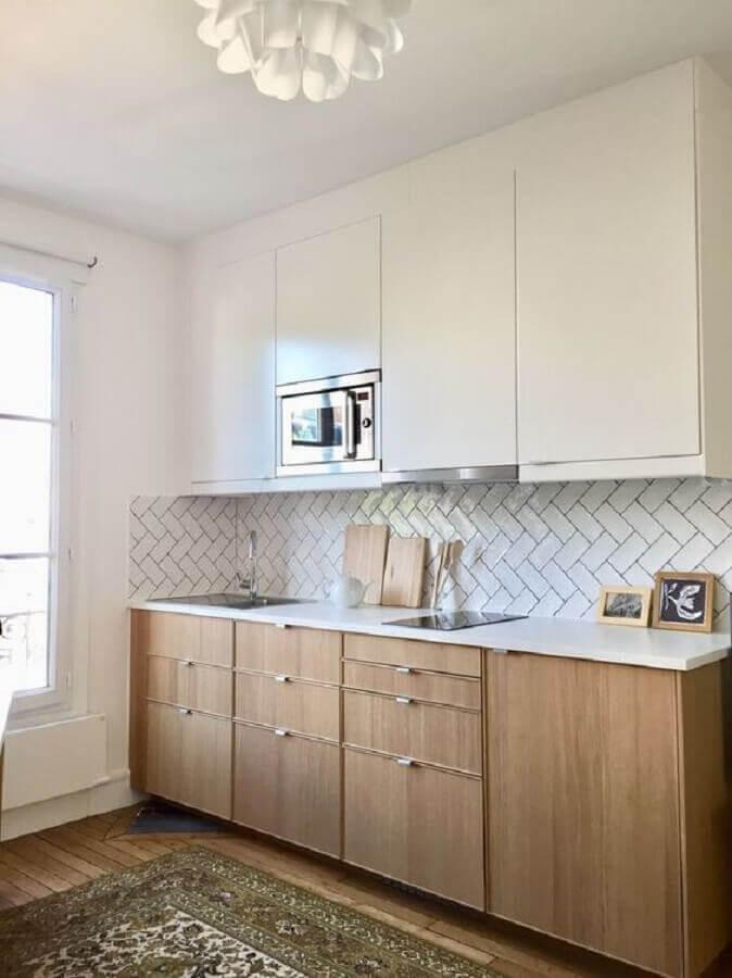 cozinha com armário branco decorada com gabinete de madeira Foto DecoModerne