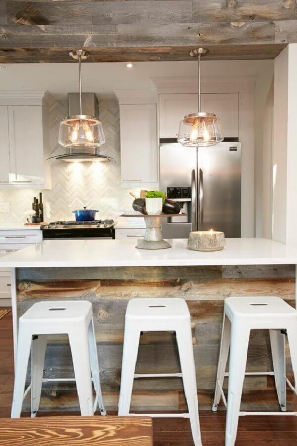 cozinha com ilha decorada com banqueta branca Foto Pinterest