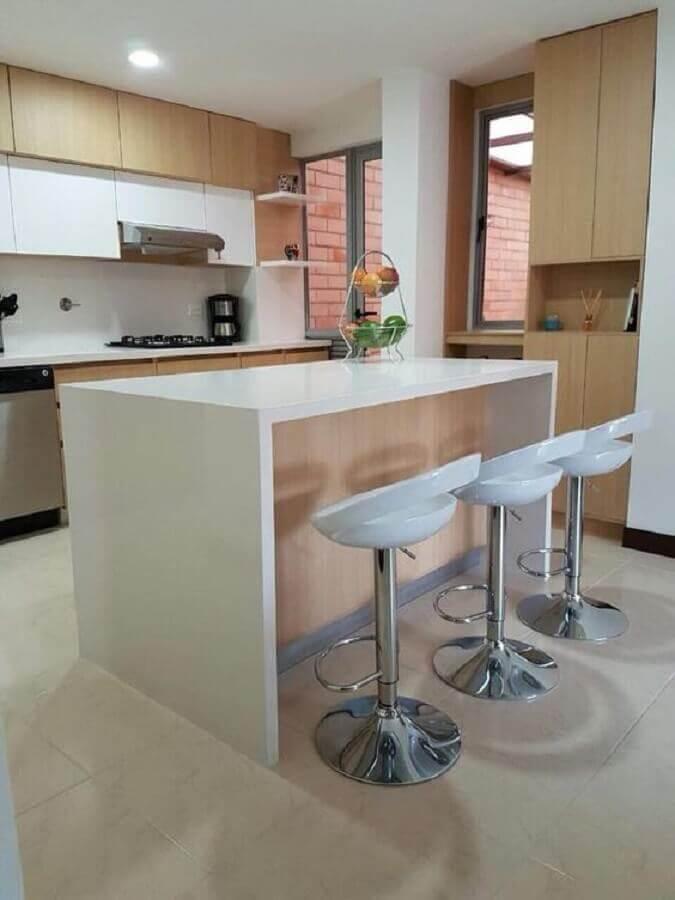 cozinha com ilha decorada com banqueta giratória branca Foto Pinterest