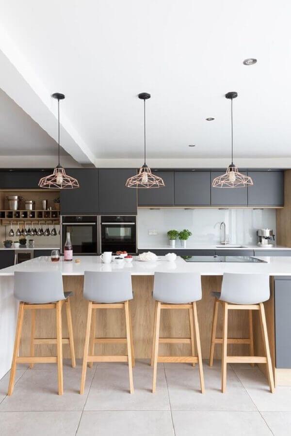cozinha com ilha decorada com luminária pendente aramado rose gold Foto Ideias em Casa