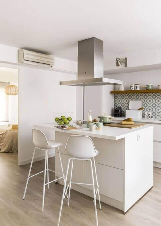 cozinha com ilha pequena decorada com banqueta alta branca Foto Homify