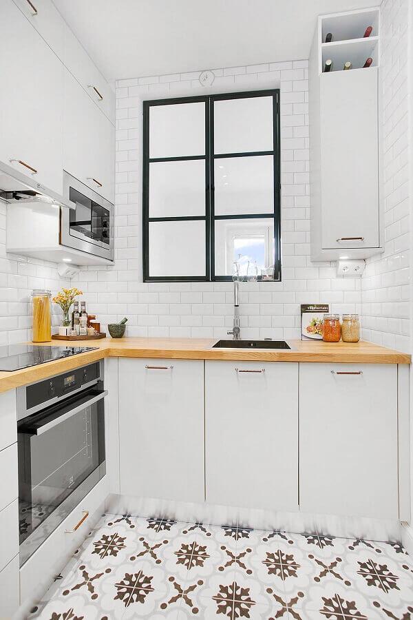 cozinha de canto decorado com armário branco e bancada de madeira Foto Houzz