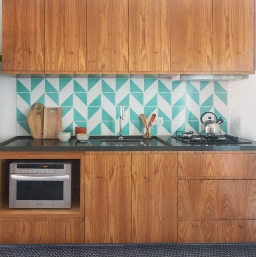 cozinha de madeira decorada com revestimento verde piscina e branco Foto Pinterest