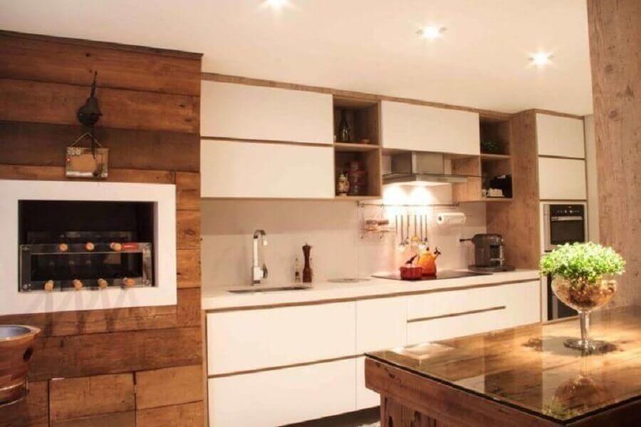 cozinha gourmet decorada com armário branco com madeira Foto Sarah & Dalira