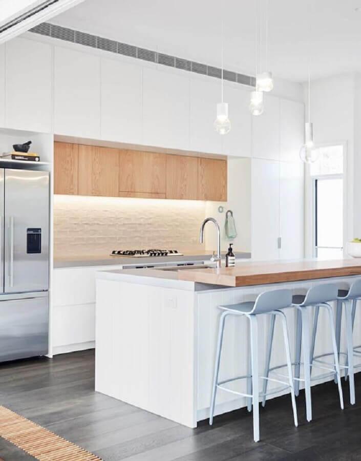 cozinha minimalista decorada com banqueta alta branca Foto est living