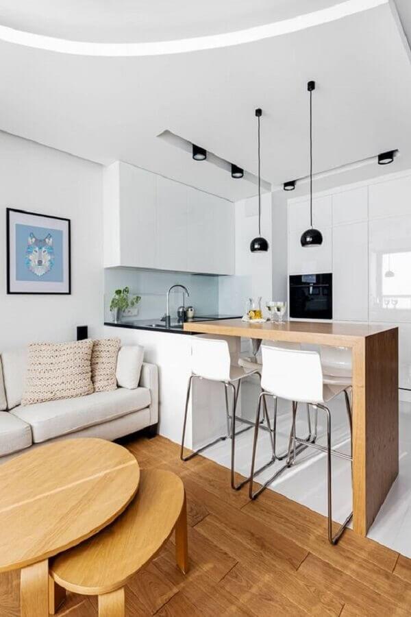 cozinha moderna decorada com banqueta branca para bancada de madeira Foto Homify