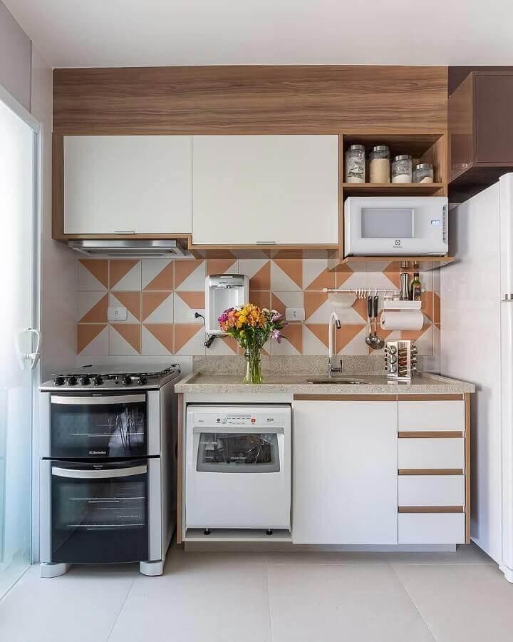 cozinha pequena decorada com armário suspenso para microondas Foto Eu Capricho