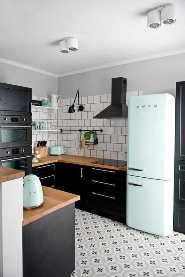 cozinha preta decorada com detalhes em cores tons pastéis Foto Achados da Decoração