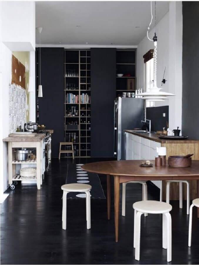 cozinha preta decorada com mesa de madeira e banqueta baixa branca Foto Casa Tres Chic