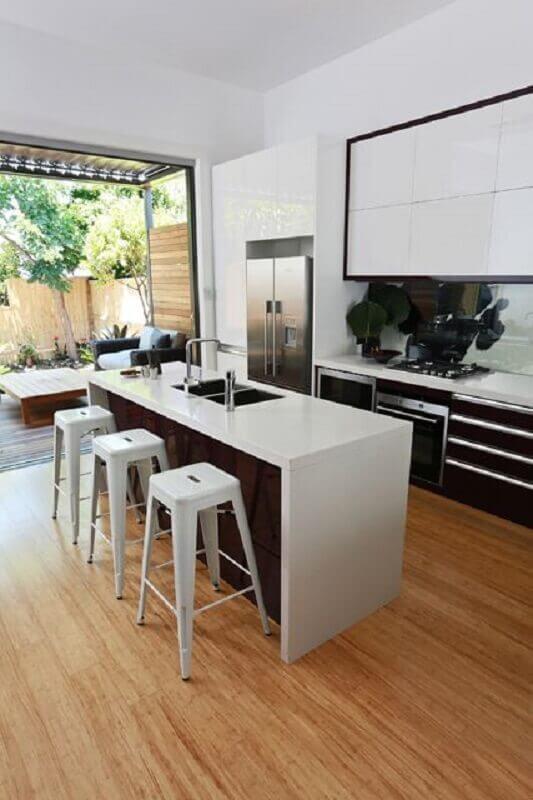 cozinha preta e branca decorada com banqueta branca para ilha Foto Pinterest