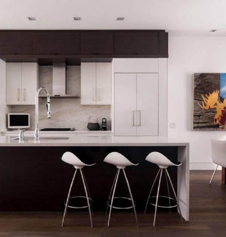 cozinha preta moderna decorada com banqueta branca Foto Home Designing