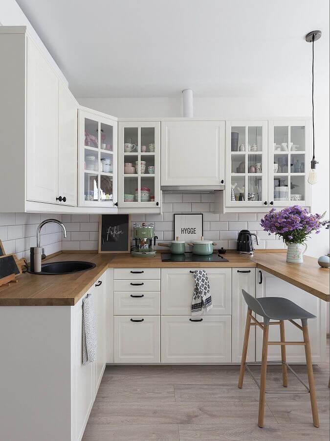 decoração clássica para cozinha com armário branco e bancada de madeira Foto Pinterest