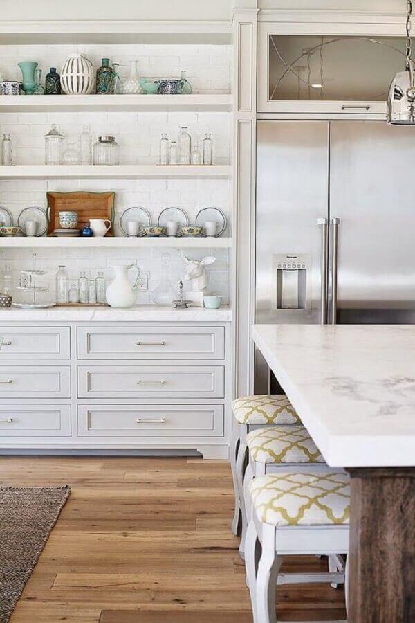 decoração clássica para cozinha planejada com banqueta baixa branca Foto Kris - Driven by Decor