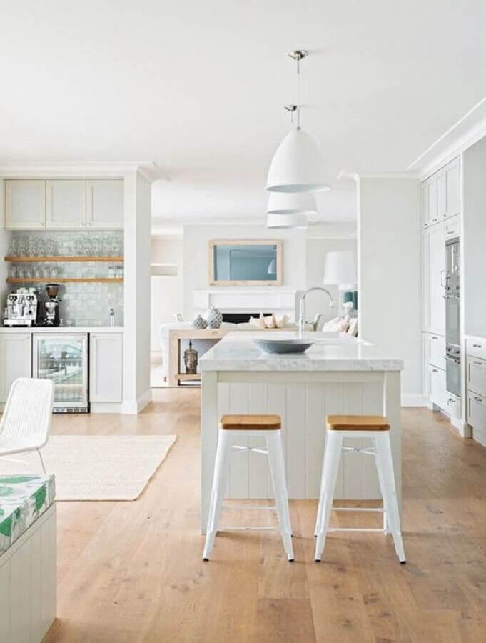 decoração clean com banqueta branca para cozinha com ilha Foto est living