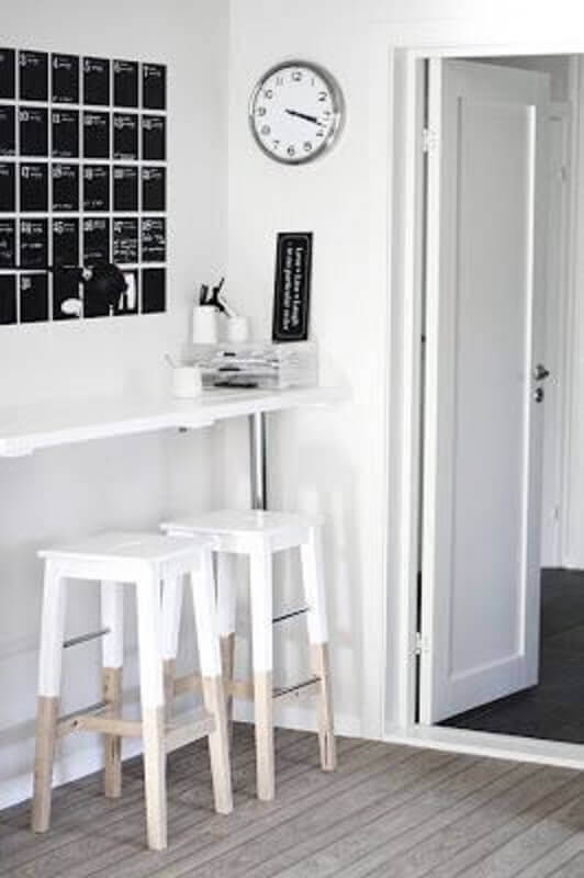 decoração clean com banqueta de madeira branca Foto HomeAdore