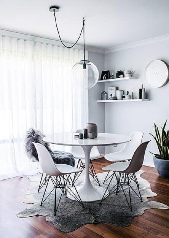 decoração clean com luminária pendente de vidro para mesa de jantar Foto Jeito de Casa