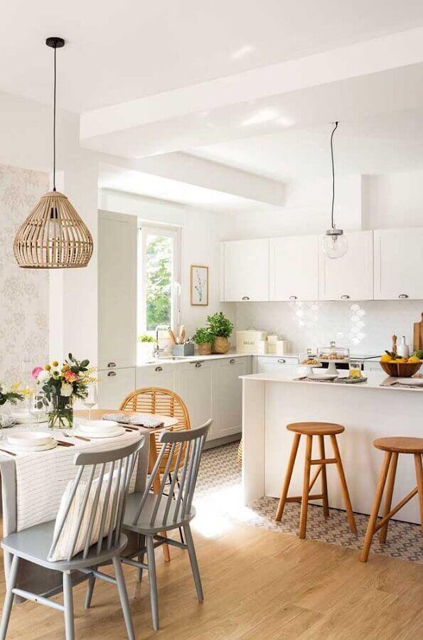 decoração clean com luminária rústica para cozinha americana integrada com sala de jantar Foto Apartment Therapy