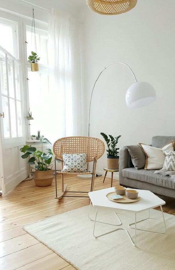 decoração clean com luminárias de piso para sala de estar Foto Apartment Therapy