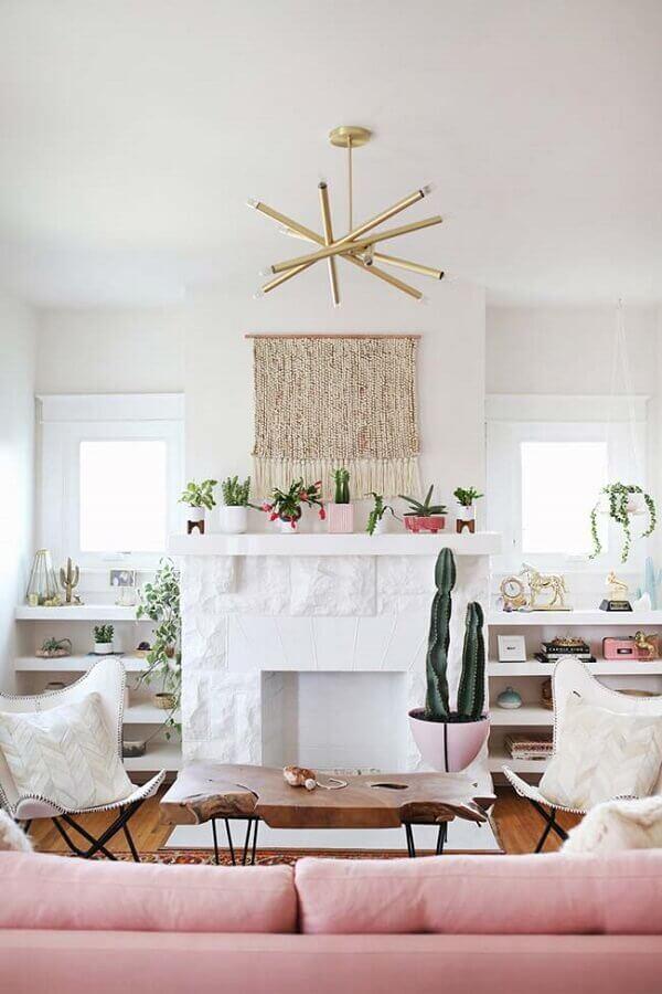 decoração clean com sofá rosa e lustre de teto para sala de estar Foto Apartment Therapy