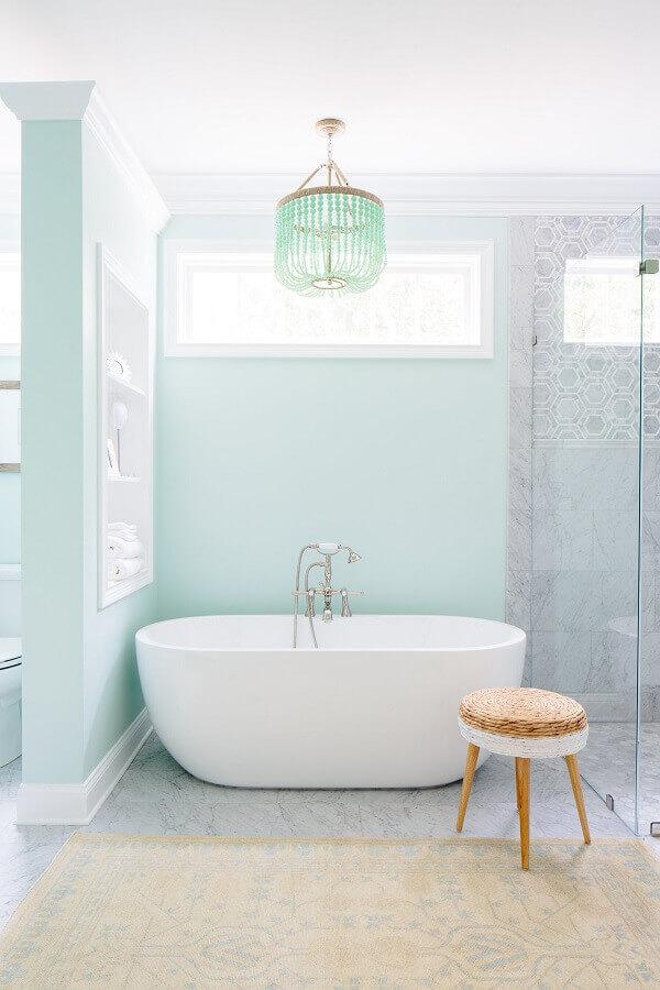 decoração clean em cores pastéis para banheiro azul e branco com banheira Foto Houzz