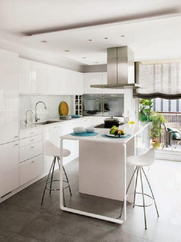 decoração clean para cozinha moderna com banqueta alta branca Foto Daily Life