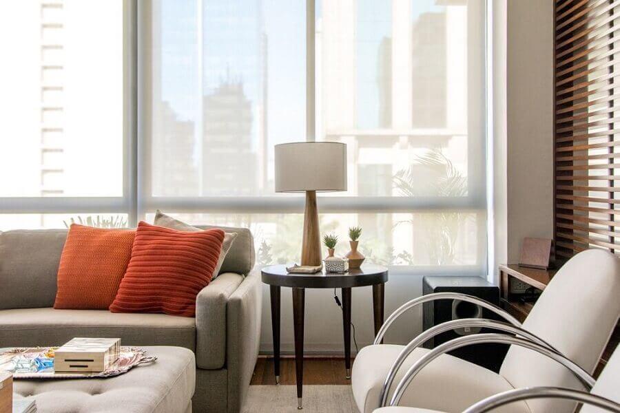 decoração com almofadas coloridas e luminária de mesa para sala de estar Foto Danyela Correa