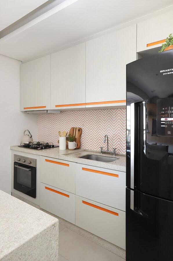 decoração com armário suspenso para cozinha branca com detalhes em laranja Foto Studio Canto Arquitetura