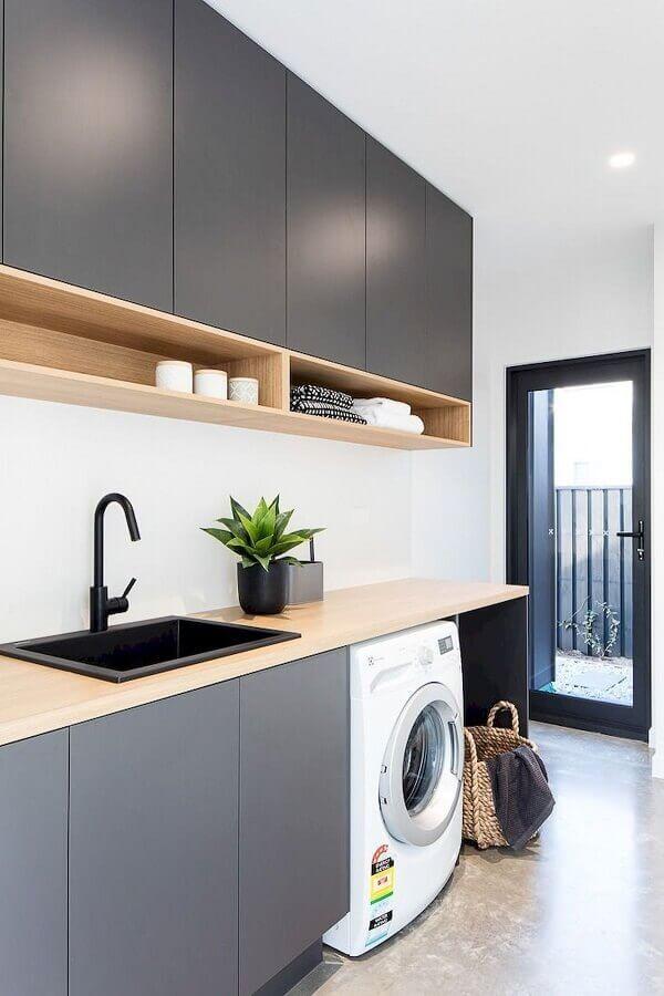 decoração com bancada de madeira e armário suspenso para lavanderia cinza e branca Foto Madeirol Móveis Planejados