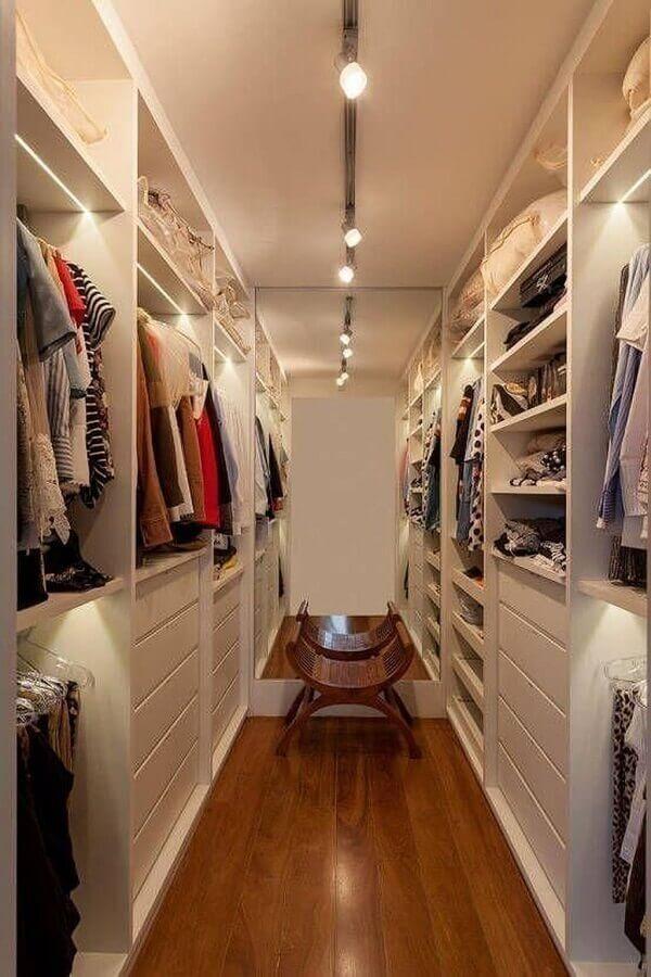 decoração com banco de madeira para armário closet pequeno Foto Pinterest