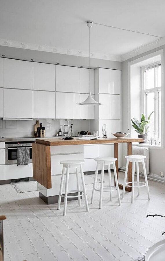 decoração com banqueta branca para cozinha planejada com ilha de madeira Foto Coco Lapine Design