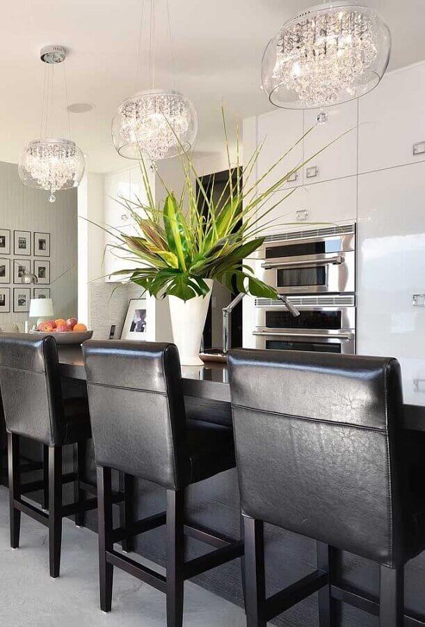 decoração com banquetas pretas e lustre para cozinha de teto Foto Pinterest