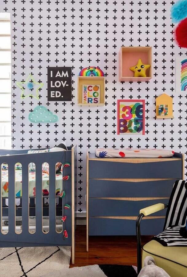 decoração com berço e cômoda para quarto de bebê azul e branco Foto Pinterest