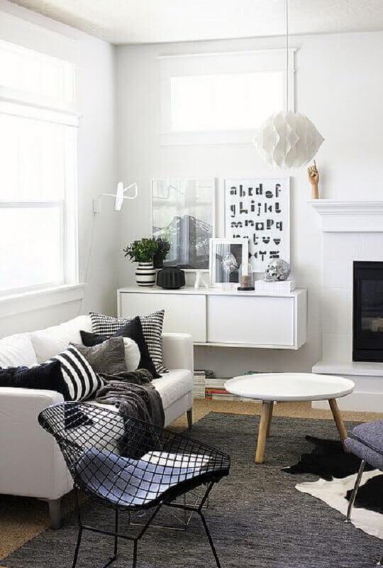 decoração com luminária de teto para sala de estar minimalista branca e preta Foto Pinterest