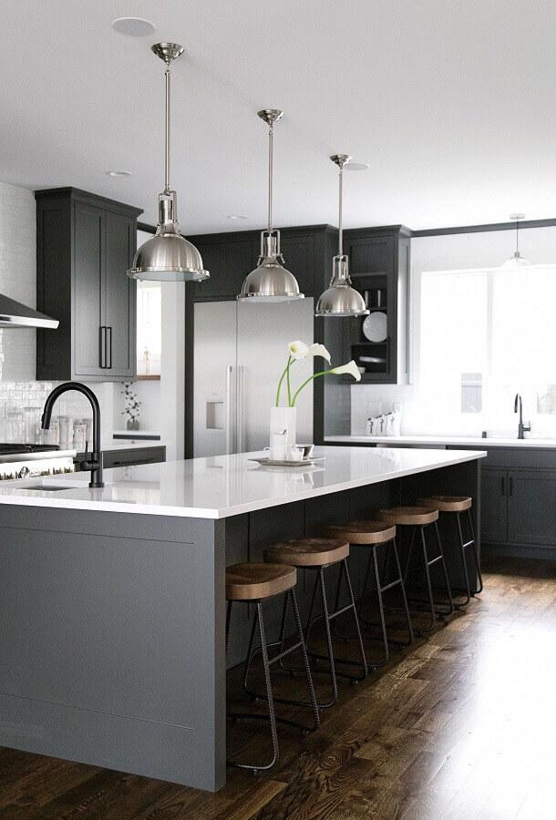 decoração com luminária pendente para cozinha cinza e branca Foto McGee & Co