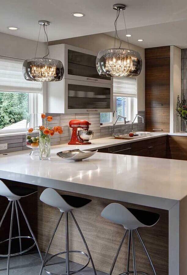 decoração com lustre de teto para cozinha planejada em U Foto Pinterest