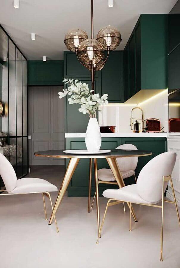 decoração com lustre de teto para sala de jantar integrada com cozinha verde Foto Behance
